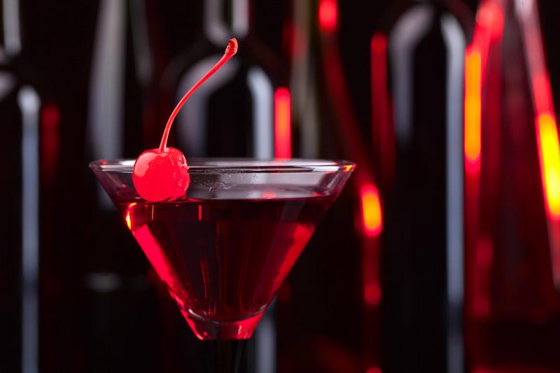 Dieser Cocktail mit Traveschluck Kirschlikör, Campari und Gin ist kirschensüß, feuerrot und teuflisch lecker.